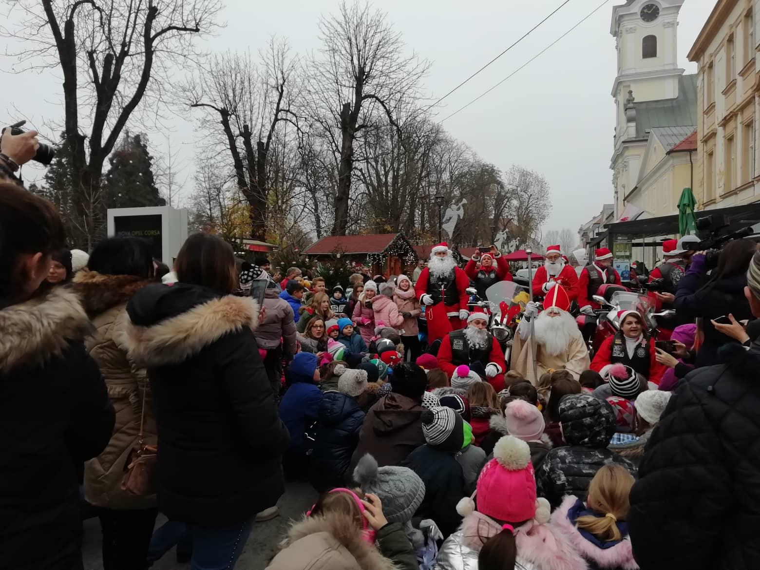BJELOVARSKA TRADICIJA Okićen bor u središtu grada, stigli i Moto Mrazovi