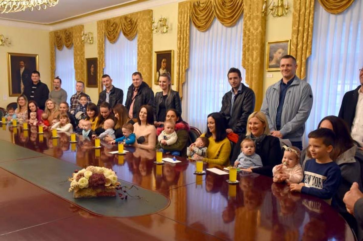 SEZONA DARIVANJA Gradonačelnik Požege s najmlađim sugrađanima