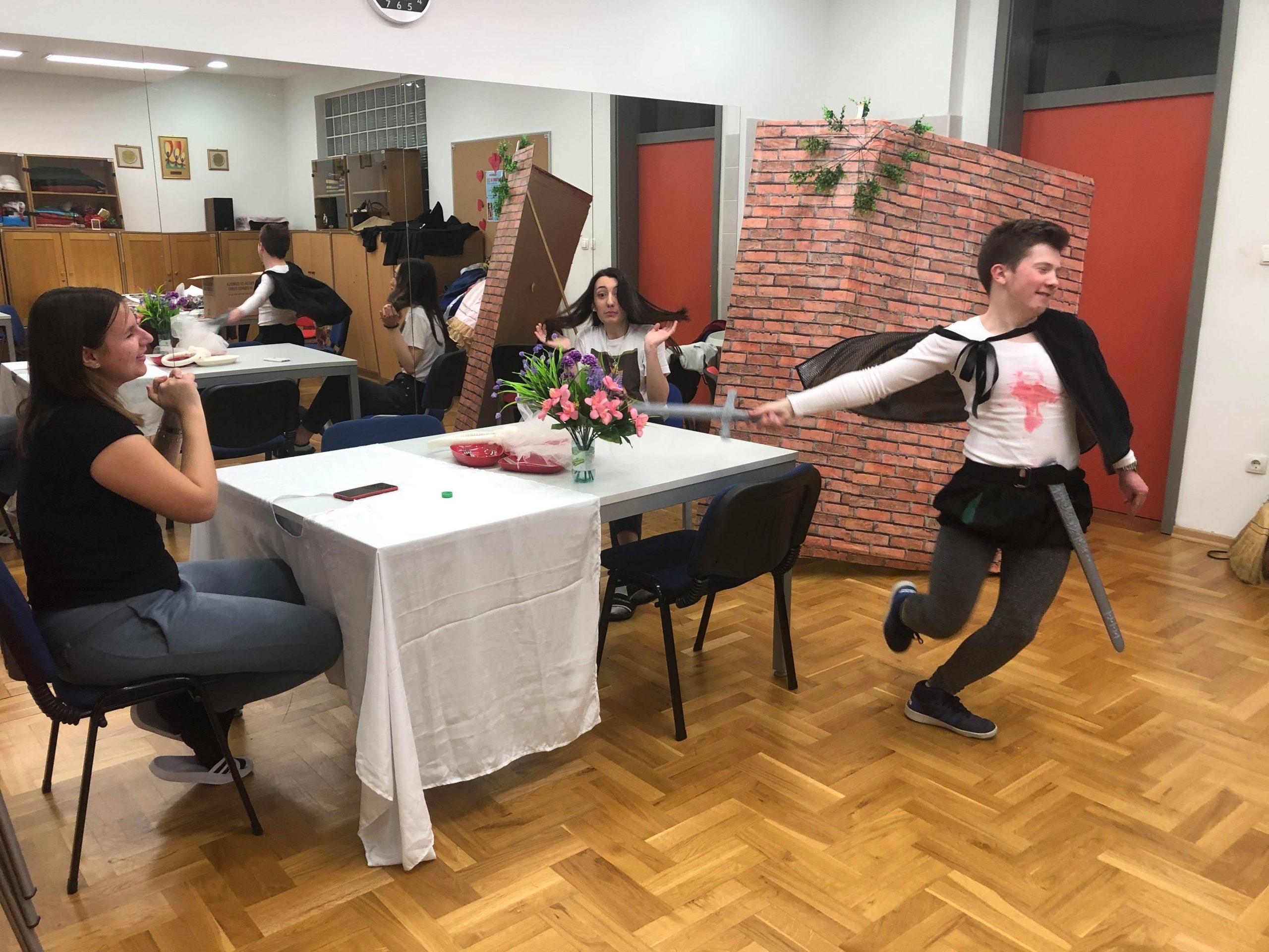POKLON DRUGOM DOMU Komedija s puno ubojstava za savršeno Valentinovo
