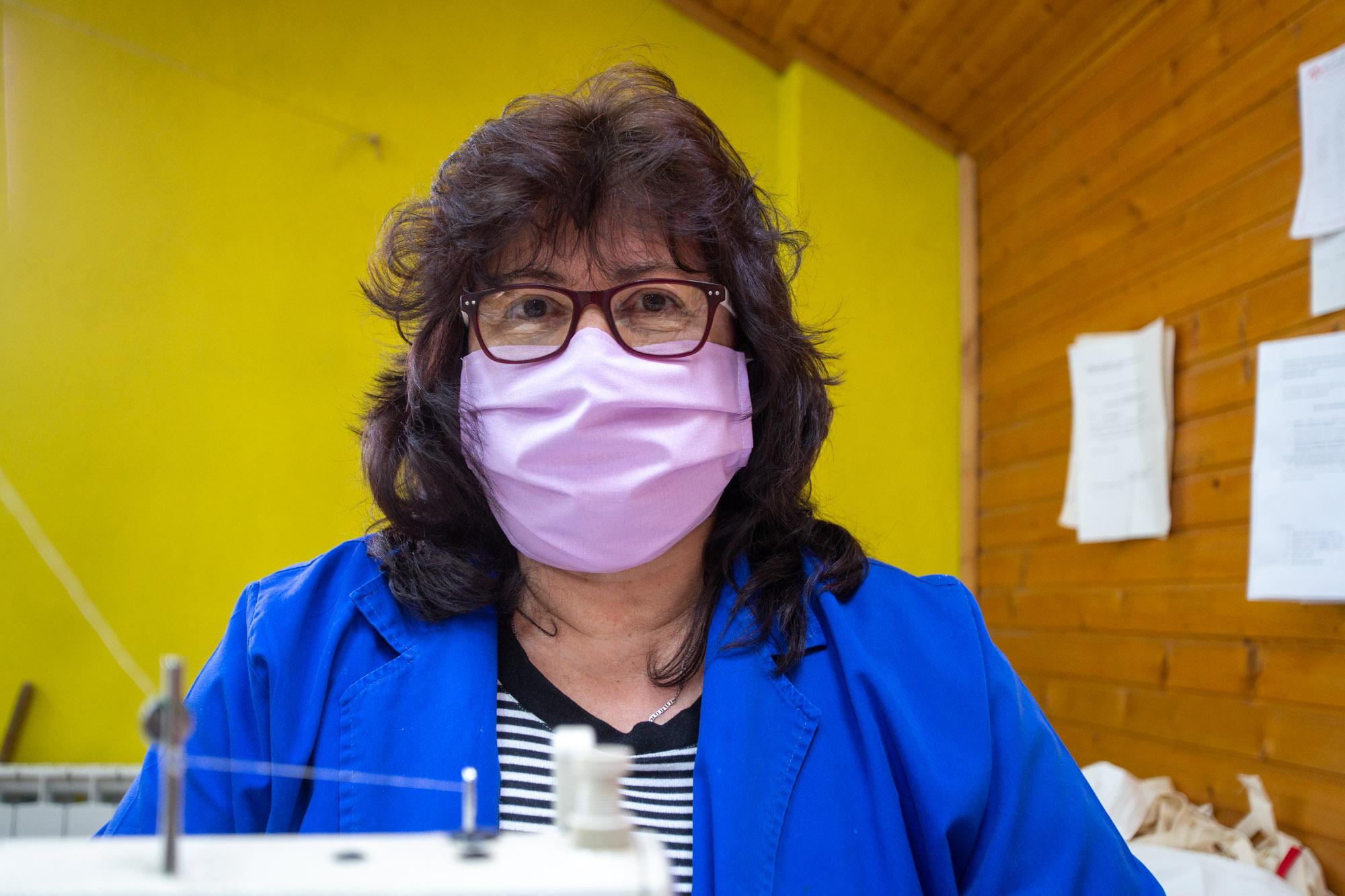 HEROINE IZ SIRAČA Dnevno proizvedu na stotine maski koje dijele potpuno besplatno!