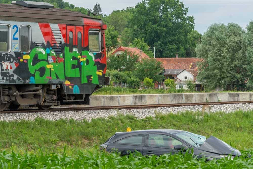 UMALO TRAGEDIJA Vlak naletio na osobni automobil