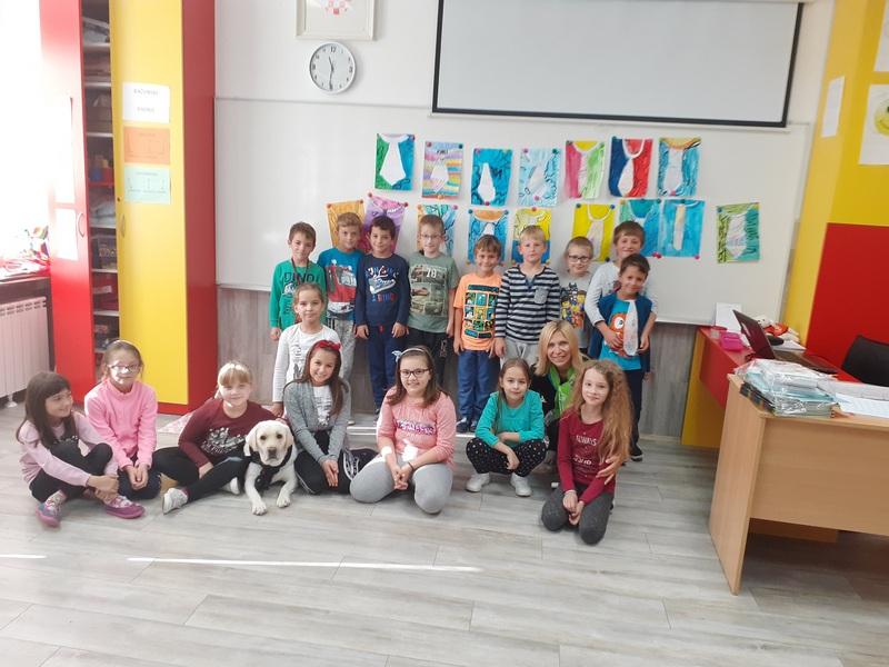 MALI ZELENI Učenicima 2.c svakog dana društvu u razredu pravi - pas Luna!