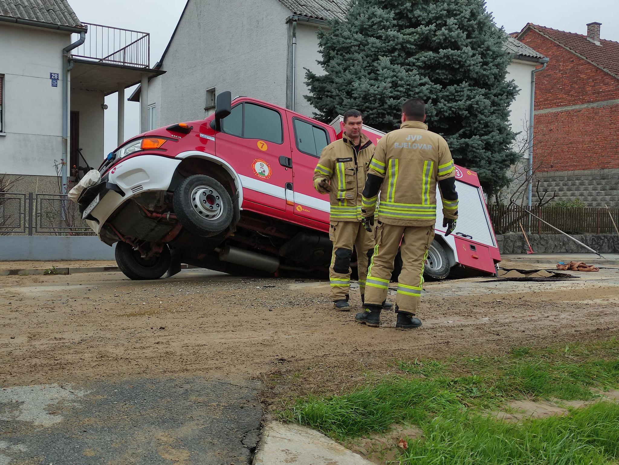 PUKNUO GLAVNI CJEVOVOD Vatrogasno vozilo propalo u cestu