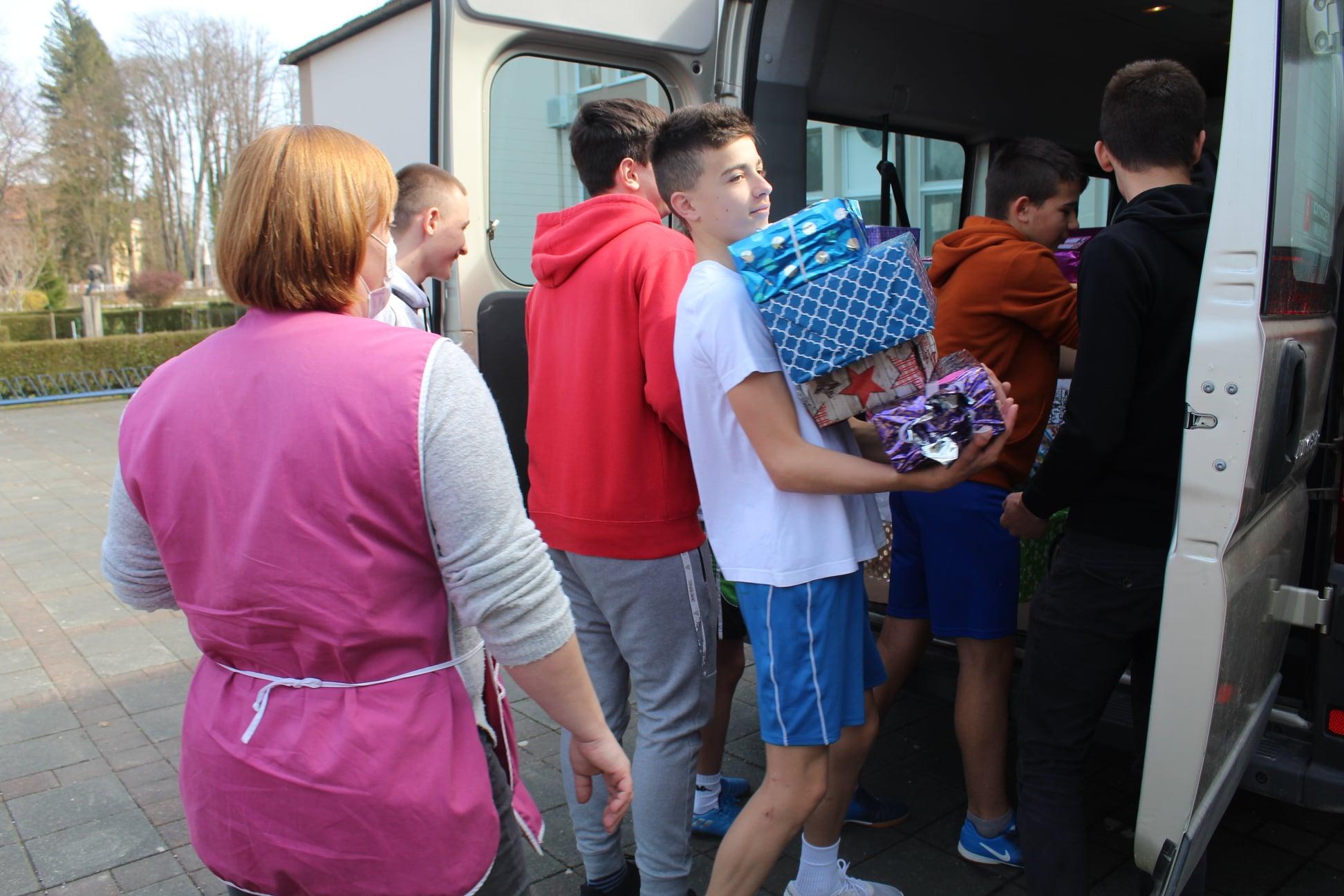 Djeca iz Đulovca kolegama iz Topuskog poslala pun kombi poklona
