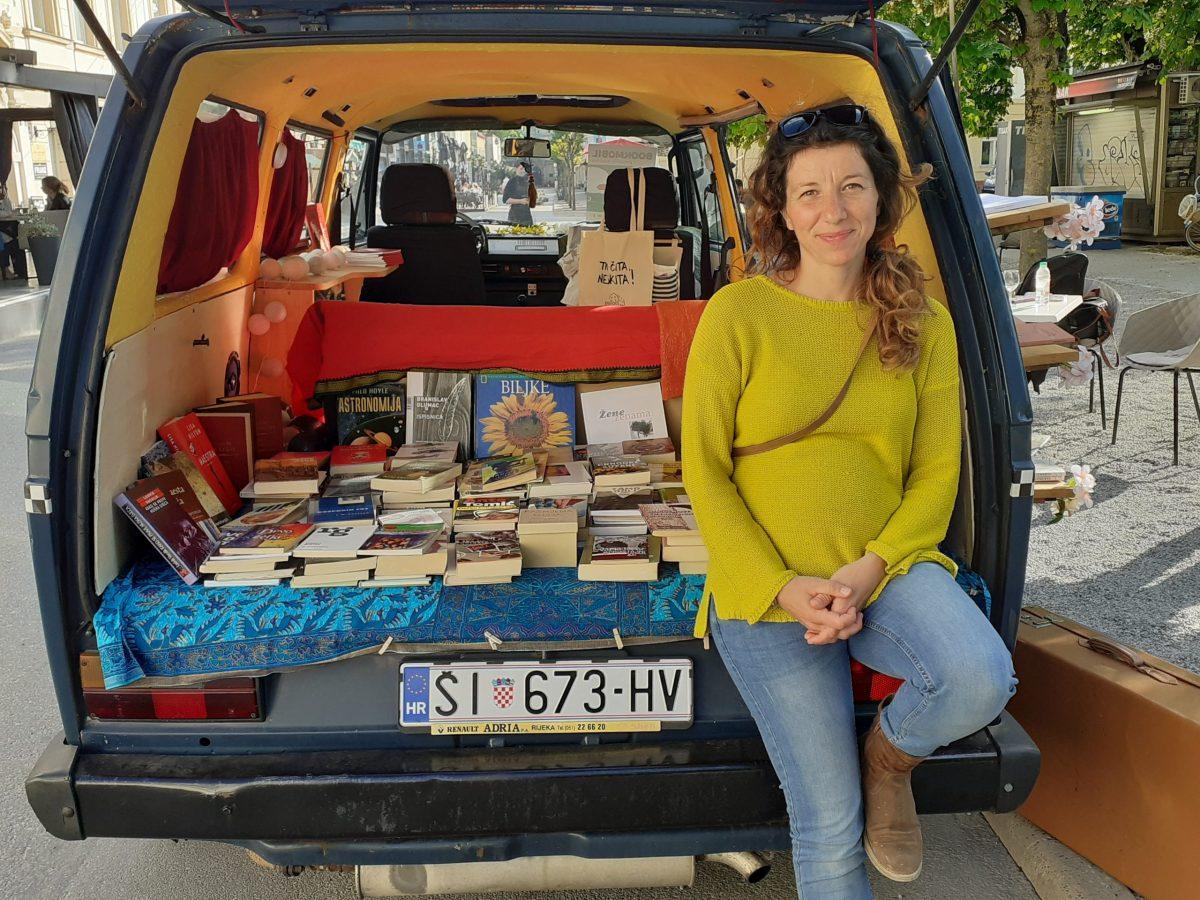 Pjesnikinja Maja Klarić posjetila Bjelovar s knjižarom na kotačima
