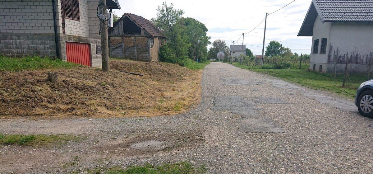 Bajsovi cestari očistili jednu stranu prometnice, a zbog malog broja glasova u selu drugu stranu ni neće
