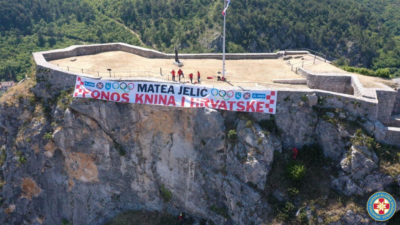 Za Mateu Jelić HGSS razvio transparent na kninskoj tvrđavi