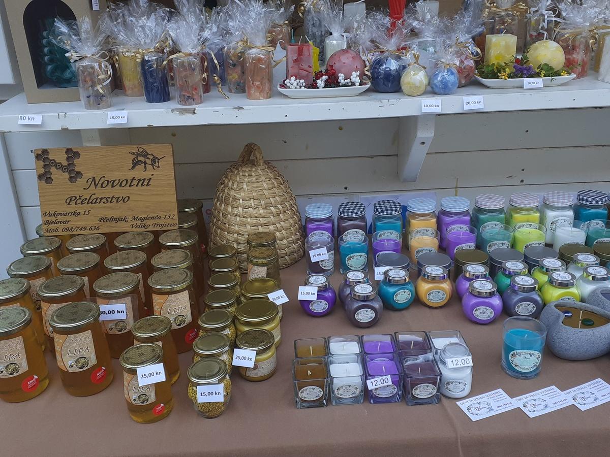 Na korzu možete kupiti domaći med i sir, ali i svijeće i rukotvorine